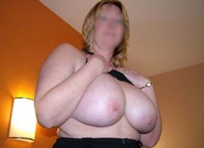 femme cougar aux seins énormes