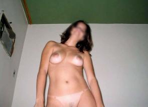 Jeune femme nue devant l'appareil photo