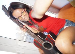 Fille à lunette coquine et sa guitare