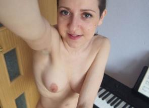 Jeune coquine aux seins nues