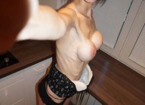 Brune maigre aux faux seins