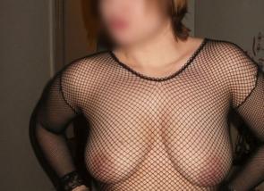 femme aux gros seins avec un haut résille