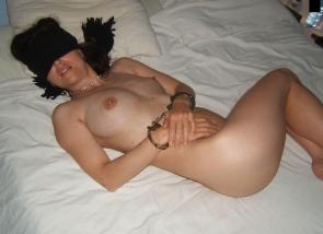 femme nue bandée et menottée