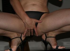 femme la main devant sa culotte