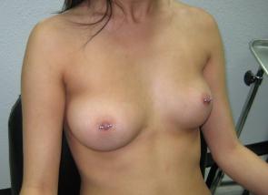 femme aux petits seins ronds