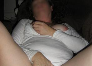 elle se touche dans son canapé