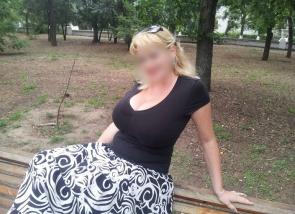 Femme blonde aux très gros seins