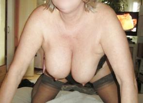 Vieille femme d\'Angers présente ses seins
