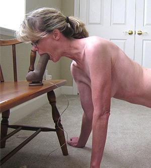 Mature blonde joue avec son gode