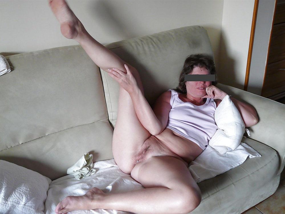 Femme chaude exhibe son joli minou