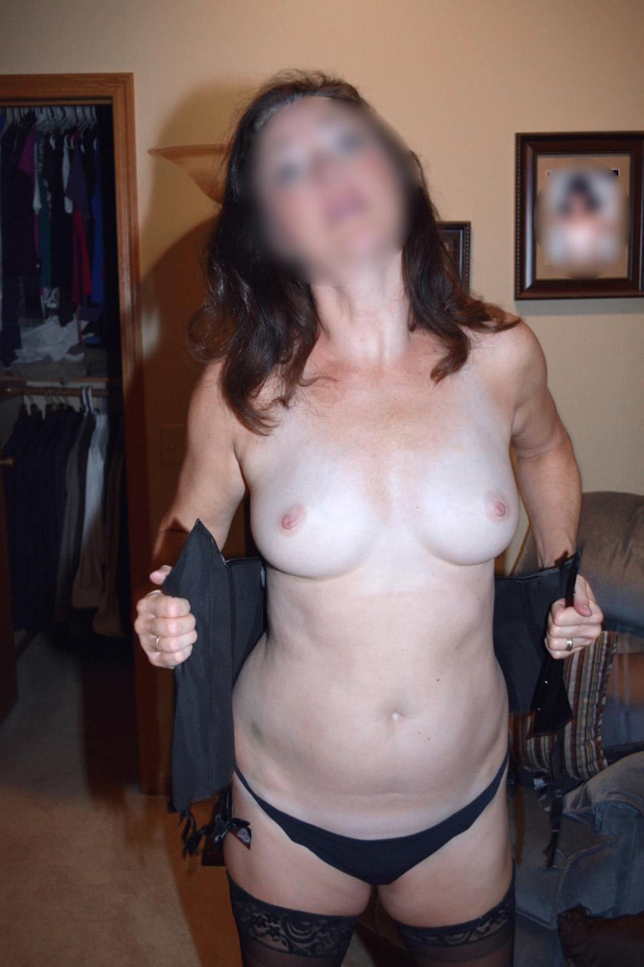 Femme de Clermont en petite culotte, seins nus