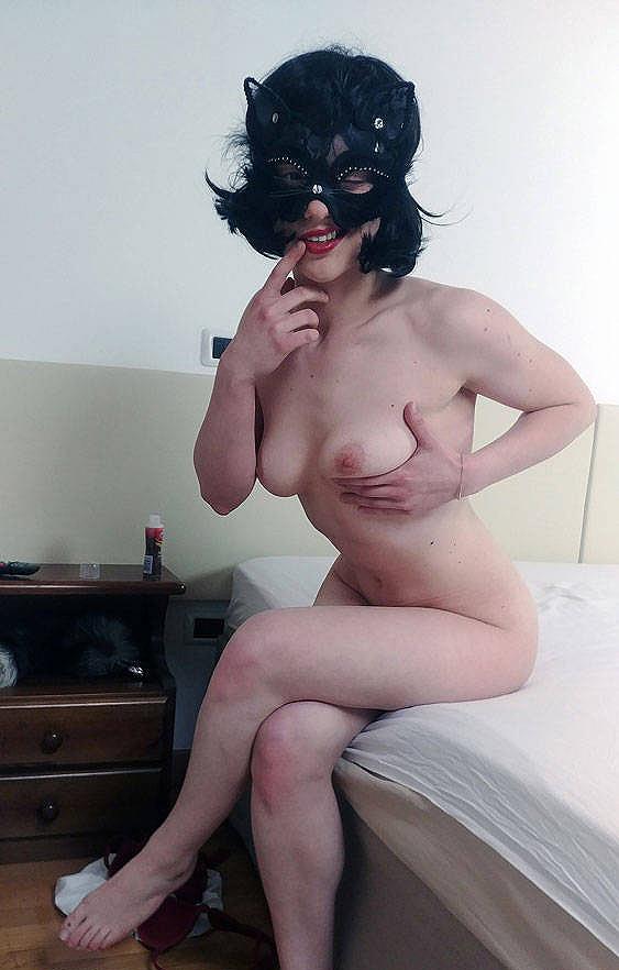 Femme libertine d'Avignon se touche les seins