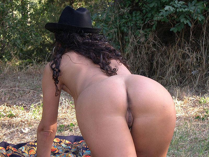femme s'exhibe à l'extérieur à Avignon